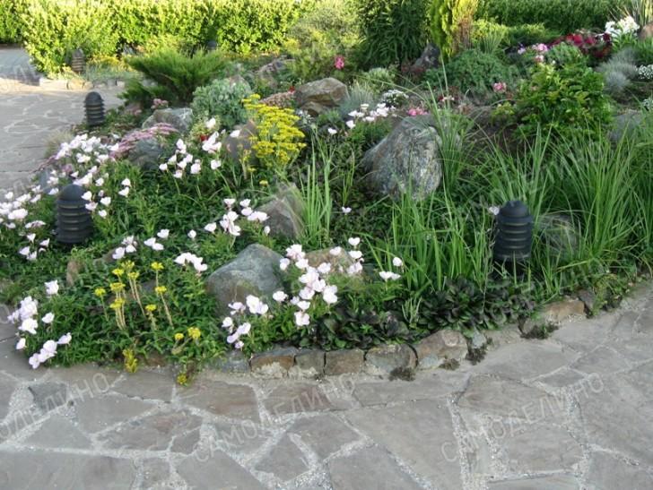Горка из цветов и камня