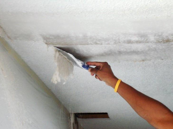 Очистка потолка шпателем