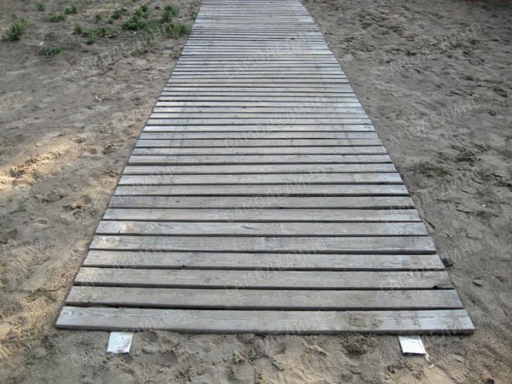 Дорожка из досок на песке