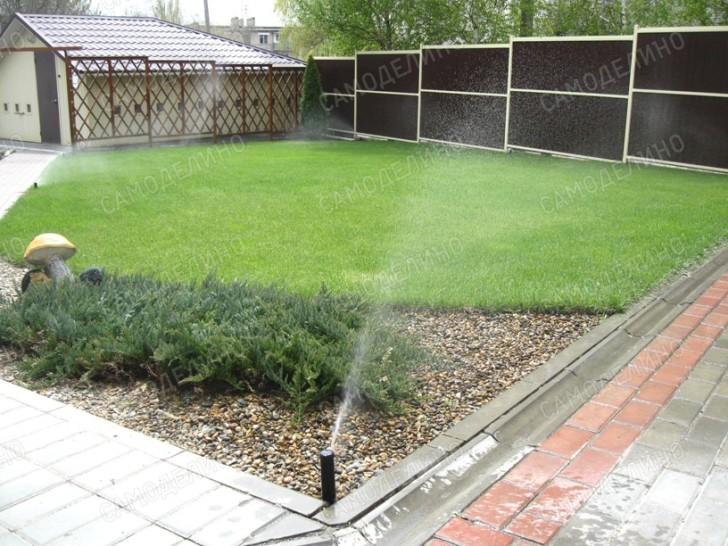 Спринклеры орошают газон
