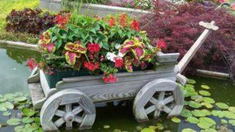 Цветы в тележке