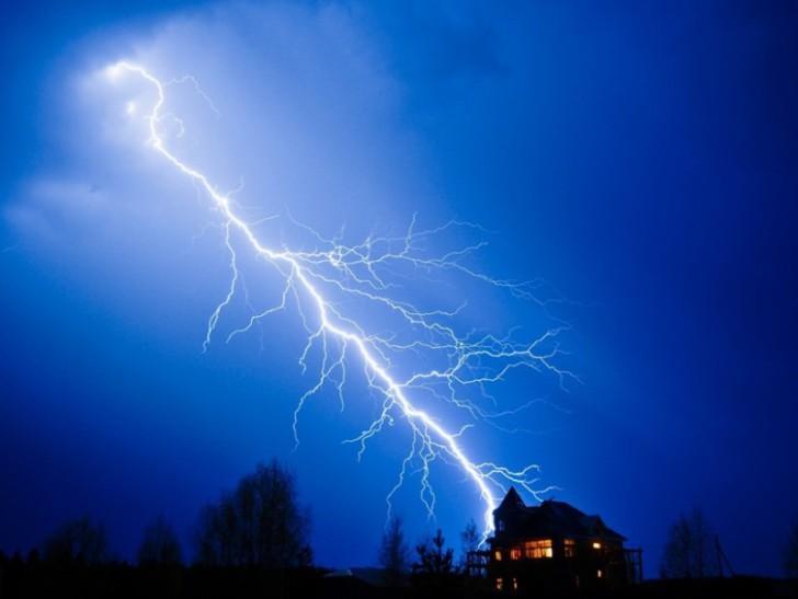 Удар молнии в дом