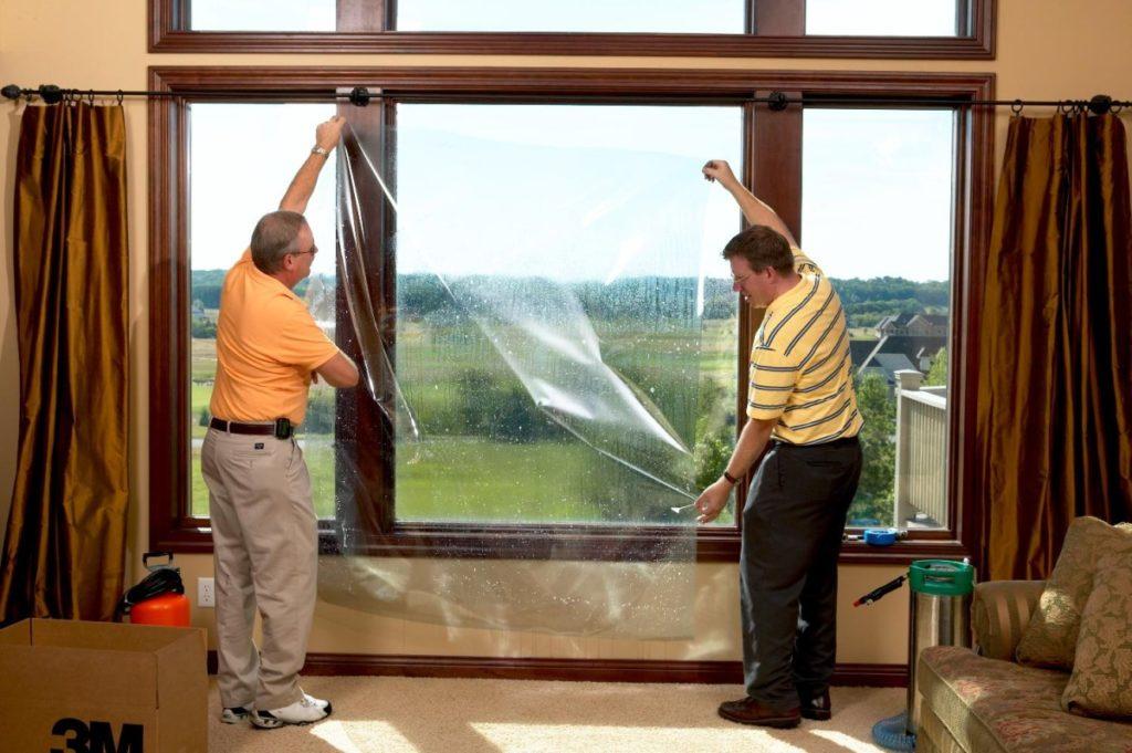 Как наклеить самоклеющуюся пленку на окно?