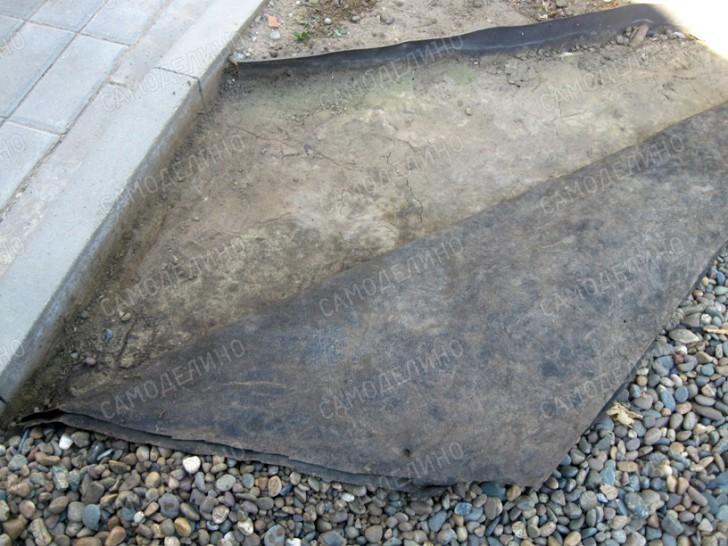 Дорожка из геотекстиля и щебня
