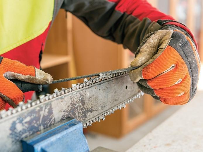 Как наточить цепь бензопилы в домашних условиях: заточить, своими руками, приспособление, угол заточки, как правильно напильником, станок, болгаркой